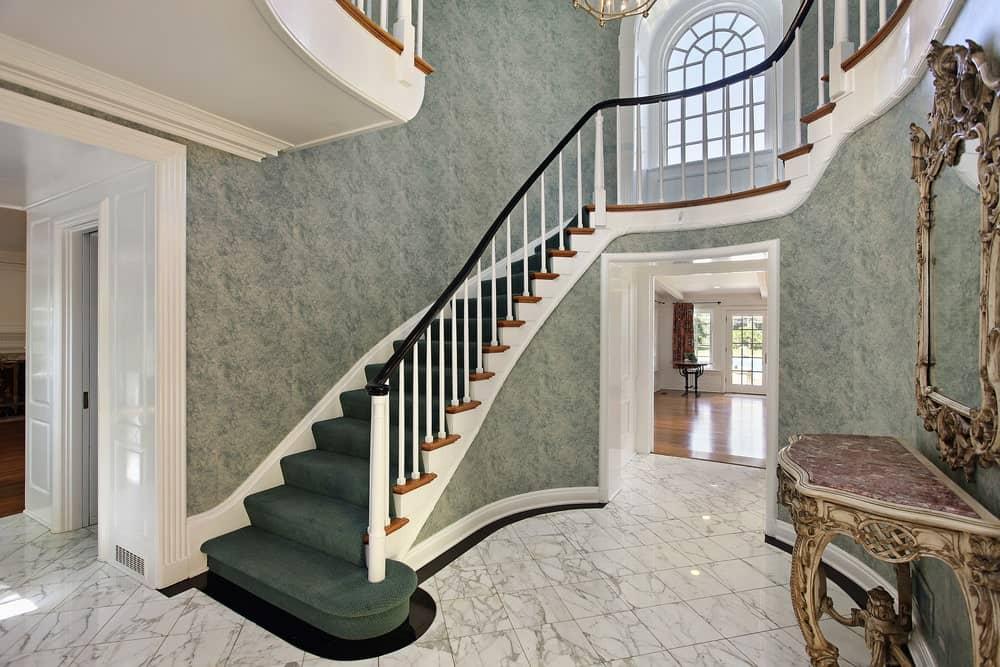 Le tapis et la moquette à installer sur un escalier tournant